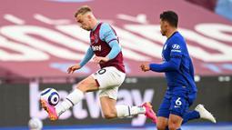 Striker West Ham United, Jarrod Bowen (kiri) mengontrol bola di depan bek Chelsea, Thiago Silva dalam laga lanjutan Liga Inggris 2020/2021 pekan ke-33 di The London Stadium, London, Sabtu (24/4/2021). West Ham kalah 0-1 dari Chelsea. (AFP/Andy Rain/Pool)