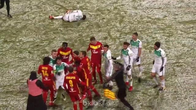 Berita video mengenai kemenangan Arsenal Tula atas Akhmat Grozny dengan skor 1-0 di Liga Rusia. Kemenangan tak sportif picu laga menjadi ricuh. This video presented by Ballball.