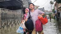 Belva Devara, Staf Khusus Presiden menjadi korban banjir. Dia tampak menerjang banjir bersama ibundanya (Dok.Instagram/@belvadevara/https://www.instagram.com/p/B8-fjqYnmLu/Komarudin)