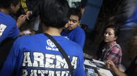 Aremania Batavia mempersiapkan menyambut kedatangan Aremania dari Malang dan kota lain. Mereka juga ingin jadi tuan rumah yang baik. (Bola.com/Gerry Anugrah Putra)