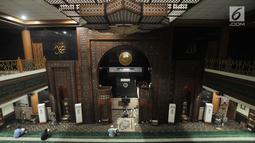 Suasana saat jemaah beribadah di Masjid Agung Al-Barkah, Bekasi, Jawa Barat, Rabu (15/5/2019). Masjid ini memiliki gaya arsitektur yang mengadopsi karakter masjid Timur Tengah. (merdeka.com/Iqbal Nugroho)