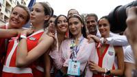 Model Bella Hadid (tengah) berpose saat foto bersama dengan gadis-gadis grid menjelang perlombaan Formula Satu, di arena pacuan kuda Monaco, di Monaco, (27/5). (AP Photo / Luca Bruno)