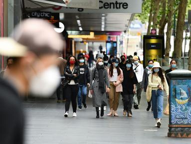 Warga mengenakan masker di Central Business District (CBD) Melbourne, Negara Bagian Victoria, Australia, 19 Oktober 2020. PM Australia Scott Morrison merilis pernyataan bersama sejumlah menteri senior lainnya guna menyambut pelonggaran lockdown secara parsial di Victoria. (Xinhua/Bai Xue)