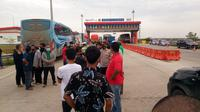 Para pemudik yang akan melintas di Tol Kramasan Ogan Ilir Sumsel harus memutar balik (Liputan6.com / Nefri Inge)