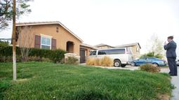Sebuah rumah dimana 13 anak ditemukan kurang gizi dan dirantai oleh sepasang suami istri di Perris, California, Senin (15/1). Polisi menemukan enam anak-anak dan tujuh orang dewasa dirantai di empat kamar gelap dan berbau (Sandy Huffaker/Getty Images/AFP)