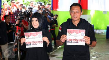 Calon Gubernur DKI Jakarta Agus Harimurti Yudhoyono (kiri) bersama istri, Annisa Pohan (kanan) menunjukkan surat suara saat mengikuti proses pencoblosan Pilkada DKI 2017 di TPS 06, Rawa Barat, Jakarta, Rabu (15/2). (Liputan6.com/Johan Tallo)