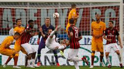 Pemain AC Milan, Gonzalo Higuain melakukan tendangan akrobatik saat menghadapi AS Roma dalam Serie A Italia di Stadion San Siro, Milan, Jumat (31/8). AC Milan menekuk AS Roma dengan skor 2-1. (AP Photo/Antonio Calanni)