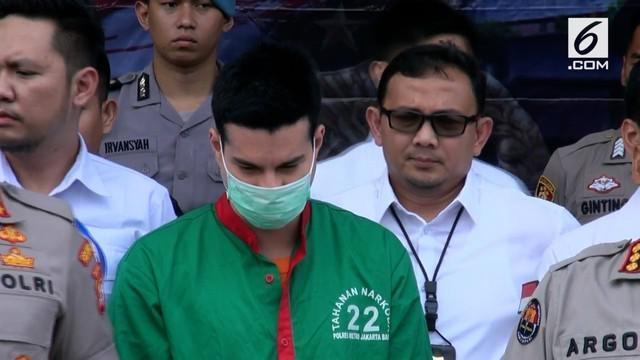 Steve Emmanuel ditangkap karena menyelundupkan 1 ons kokain murni dari Belanda ke Indonesia.