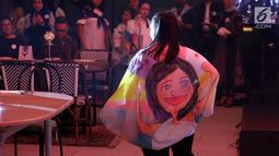 Anak-anak berbakat disabilitas membawakan karya seni pada perayaan 50 tahun Plan International Indonesia di Jakarta, Jumat (20/9/2019). Desain kolaborasi bertema kesetaraan anak-anak perempuan diimplementasikan dalam bentuk totebag dan scarf untuk penggalangan dana publik (Liputan6.com/Fery Pradolo)