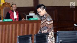 Terdakwa suap Hakim PT Manado, Aditya Anugrah Moha bersiap menjalani sidang putusan di Pengadilan Tipikor, Jakarta, Rabu (6/6). Aditya Moha dinyatakan bersalah dan dihukum empat tahun penjara dan denda Rp 150 juta. (Liputan6.com/Helmi Fithriansyah)