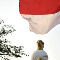 Bendera Merah Putih berkibar di Monumen Kebulatan Tekad, Rengasdengklok, Karawang, Jumat (17/8).  Monumen Kebulatan Tekad dibangun untuk memperingati peristiwa 'penculikan' Soekarno-Hatta oleh Golongan Muda Indonesia.(Merdeka.com/Iqbal S. Nugroho)