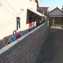 Sebuah rumah milik Siti Kotijah di Jombang menjadi terisolasi setelah halaman depan rumahnya ditutup tembok oleh tetangganya sendiri.