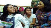 Menteri BUMN Rini Soemarno berbincang dengan salah satu pengunjung di KAI Travel Fair di JCC, Jakarta. (Liputan6.com/Fiki Ariyanti)