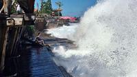 Inilah dua video yang merekam bagaimana kedahsyatan dua gelombang raksasa yang menghantam tempat wisata di Bali.