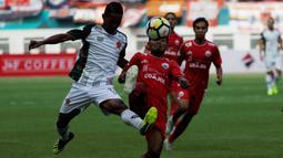 Gelandang Persija Jakarta, Ramdani Lestaluhu, berebut bola dengan bek PS Tira, Abduh Lestaluhu, pada laga Liga 1 di Stadion Wibawa Mukti, Jawa Barat, Sabtu (10/11). Kedua klub bermain imbang 0-0. (Bola.com/Yoppy Renato)