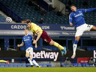 Pemain Burnley, Chris Wood, menyundul bola saat melawan Everton pada laga Liga Inggris di Stadion Goodison Park, Sabtu (13/3/2021). Burnley menang dengan skor 2-1. (AP Photo/Jon Super, Pool)