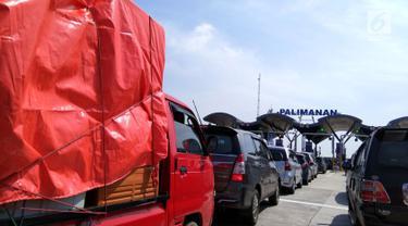 Sejumlah mobil mengantre untuk melintasi gerbang Tol Palimanan saat mudik natal, Jawa Barat, Sabtu (23/12). Memasuki libur panjang perayaan natal dan tahun baru, arus lalu lintas di gerbang tol Palimanan mulai padat. (Liputan6.com/ Gabriel Abdi Susanto)