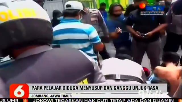 Anggota Polres Jombang berusaha mengejar massa unjuk rasa yang merupakan siswa SMK, beberapa di antaranya berhasil lolos. Namun puluhan pelajar dari berbagai sekolah ini berhasil diamankan pada Jumat siang,