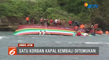 Jasad korban ditemukan terjebak jaring ikan di dalam lambung kapal yang terbalik dihempas ombak.