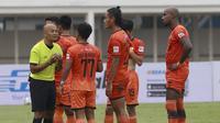Para pemain Persiraja Banda Aceh melakukan protes kepada wasit saat melawan PSS Sleman dalam laga pekan kedua BRI Liga 1 2021/2022 di Stadion Madya, Jakarta, Sabtu (11/9/2021). (Foto: Bola.Com/M. Iqbal Ichsan)