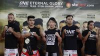 Para petarung MMA foto bersama usai latihan di Syena Martial Arts, Jakarta, Rabu (16/1). Latihan ini merupakan persiapan jelang laga One Championship pada Sabtu (19/1) mendatang di Istora Senayan. (Bola.com/M. Iqbal Ichsan)