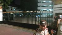 Polisi meminta jurnalis menjauhi pos di pintu belakang Mabes AD saat tim Gegana datang. (Liputan6.com/Putu Merta Surya Putra)