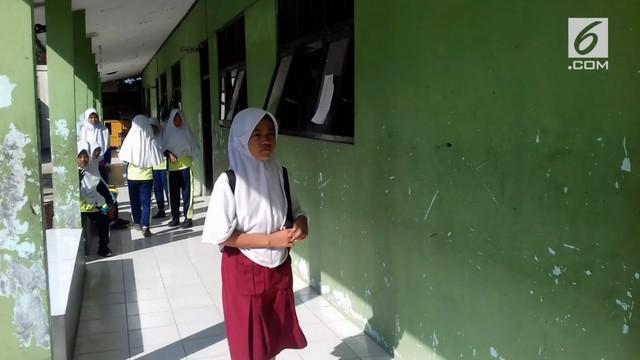 Siti juga hanya memakai sendal jepit saat sekolah lantaran sepatunya rusak.