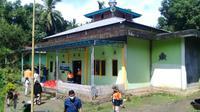 Penyaluran bantuan di Masjid Baitul Syakur, Kampung Loreng, Bailang, Kecamatan Bunaken, Manado.