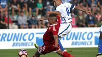 Pemain Inter Milan, Rodrigo Palacio (kanan) melakukan tembakan yang berujung gol ke gawang CSKA Sofia, pada laga persahabatan, di Riscone di Brunico, Jumat (15/7/2016) dini hari WIB. Inter Milan takluk dengan skor 1-2.  (www.inter.it)