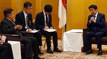 Wakil Presiden Jusuf Kalla (kiri) melakukan pertemuan bilateral dengan Perdana Menteri Jepang Shinzo Abe (kanan) di Tokyo, Jepang, Senin (5/6). Pertemuan itu membahas percepatan realisasi komitmen investasi Jepang ke Indonesia. (Tim Media Wapres)