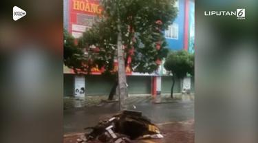 Seorang warga merekam detik-detik pohon tumbang karena Topan Usagi di Vietnam. Tidak ada yang terluka dalam insiden ini.