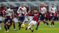 Bek AC Milan, Davide Calabria berusaha mencetak gol ke gawang Crotone pada pertandingan lanjutan Liga Serie A Italia di stadion San Siro di Milan, Italia, Minggu (7/2/2021). AC Milan menang telak atas Crotone 4-0. (AP Photo/Antonio Calanni)