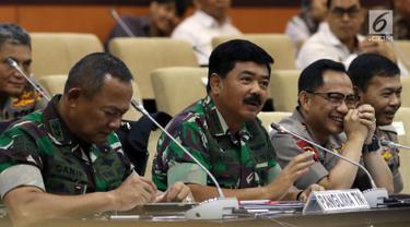 Panglima TNI Marsekal  Hadi Tjahjanto (tengah) bersama Kapolri Jenderal Tito Karnavian (kanan) mengikuti rapat kerja (raker) dengan Komite I DPD RI di kompleks parlemen, Senayan, Jakarta, Selasa (7/5/2019). Raker membahas agenda evaluasi pelaksanaan Pemilu 2019. (Liputan6.com/JohanTallo)