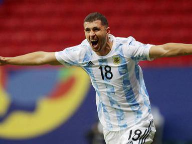 Timnas Argentina akhirnya berhasil meraih kemenangan perdana di Copa America 2021. Tim Tango sukses membungkam Uruguay dengan skor tipis 1-0. (AP/Eraldo Peres)