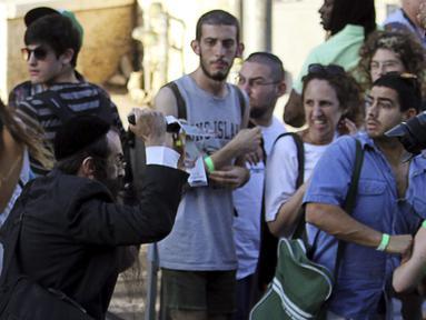 Seorang pria Yahudi ultra-Ortodoks menusuk dan melukai enam peserta parade Gay Pride di Yerusalem, Kamis (30/7/2015). Akibat penusukan tersebut, dua dari mereka mengalami luka serius. (REUTERS/Kobi Schutz)