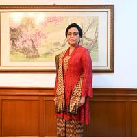 Semangat nasionalisme terpancar dari kebaya merah Sri Mulyana dalam perayaan HUT RI Ke-74
