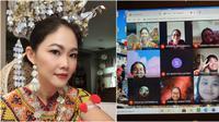 Guru asal Malaysia menggunakan pakaian adat saat mengajar secara daring. Sumber: Facebook/Nancy Maria.