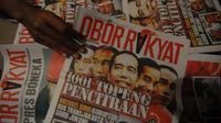 Santri melihat tabloid Obor Rakyat di Ponpes Darul Ulum Rejoso Peterongan, Jombang, Jawa Timur, Selasa (3/6). (ANTARA FOTO/Syaiful Arif)
