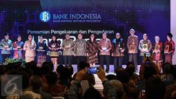 Keluarga pahlawan nasional yang ada dalam uang rupiah baru dengan tahun emisi 2016 berfoto bersama dalam acara peluncuran di Jakarta, Senin (19/12). Peluncuran uang Rupiah ini bertepatan dengan peringatan Hari Bela Nasional. (Liputan6.com/Faizal Fanani)