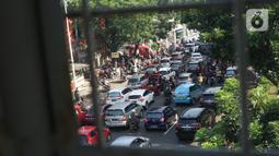 Suasana kendaraan terjebak macet di i Jalan Lenteng Agung Raya, Tanjung Barat, Jakarta Selatan, Selasa (20/10/2020). Mulai meningkatnya aktivitas warga selama PSBB transisi menyebabkan kemacetan kembali terjadi di sejumlah titik Ibu Kota. (Liputan6.com/Immanuel Antonius)