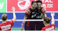 Greysia Polii / Apriyani Rahayu menyumbang poin saat Indonesia kalah 2-3 dari Denmark pada penyisihan Grup B Piala Sudirman 2019 di Nanning, Tiongkok, Rabu (22/5/2019). (foto: twitter.com/INABadminton)