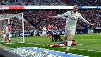 Gelandang Real Madrid, Gareth Bale berselebrasi usai mencetak gol ke gawang Atletico de Madrid pada pertandingan lanjutan La Liga Spanyol di stadion Wanda Metropolitano (9/2). Real Madrid menang 3-1 atas Atletico. (AP Photo/Manu Fernandez)