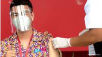 Raffi Ahmad terima vaksin. (tangkapan layar YouTube/ Sekretariat Presiden)