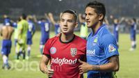 Striker Bali United, Irfan Bachdim, bertukar jersey dengan gelandang Persib Bandung, Kim Kurniawan usai laga uji coba di Stadion GBLA Bandung, Jawa Barat, Sabtu (8/4/2017). (Bola.com/Vitalis Yogi Trisna)