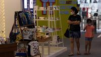 Pengunjung mengamati kerajinan tangan rumahan dalam pameran Creative Culture Home di Sumarecon Mal Serpong, Tangerang, Banten, Selasa (27/10/2020). Pameran untuk membangkitkan pemulihan ekonomi ini digelar Kementerian Pariwisata dan Ekonomi Kreatif serta pengelola mal. (Liputan6.com/Angga Yuniar)
