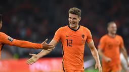 Gelandang Belanda, Guus Til berselebrasi usai mencetak gol ke gawang Turki pada kualifikasi Grup G Piala Dunia Qatar 2022 di stadion Johan Cruijff Arena di Amsterdam (8/9/2021). Belanda menang telak atas Turki 6-1. (AFP/John Thys)