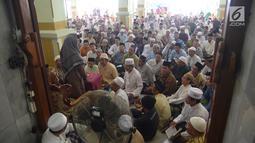 Suasana pembacaan Alquran di Masjid Kauman Semarang, Senin (29/5). Jamaah yang datang meluber hingga memadati serambi masjid untuk mengikuti fadillah atau pengajian Al qur'an 30 juz yang dipimpin oleh KH Muhammad Naqib Nur. (Liputan6.com/Gholib)