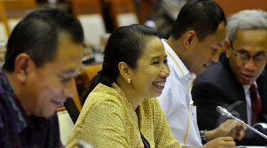 Menteri BUMN, Rini Soemarno (kedua kiri) menghadiri rapat kerja dengan Komisi VI DPR RI di Komplek Parlemen, Jakarta, Jumat (24/4/2015). Rini menyambangi DPR untuk meminta izin penambahan modal dan saham tiga BUMN. (Liputan6.com/Andrian M Tunay)