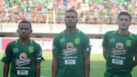 Tiga pemain Persebaya, Feri Pahabol, Nelso Alom, Robertino Pugliara. (Bola.com/Aditya Wany)