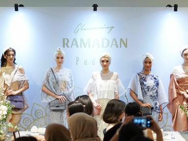 Model mengenakan busana rancangan Pedro dalam acara bertajuk Glamazing Ramadan Event di Jakarta, Sabtu (25/5/2019). Koleksi Ramadan Capsule PEDRO memperlihatkan nuansa Arabian dan Moroccan untuk melengkapi outfit Hari Raya kamu. (Liputan6.com/Immanuel Antonius)